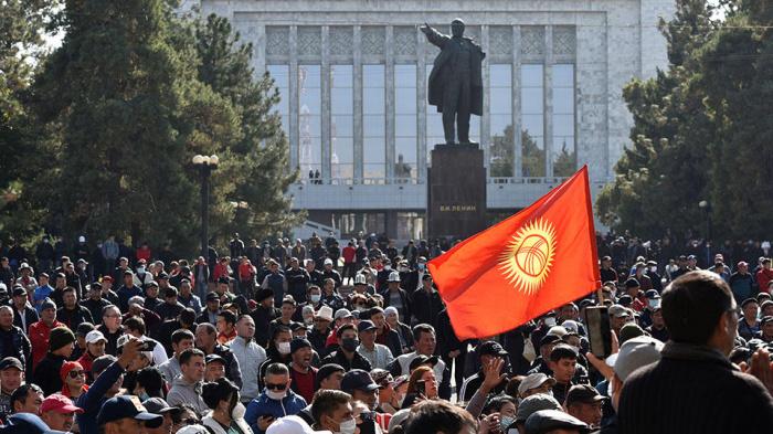 В Киргизии продолжаются массовые протесты.