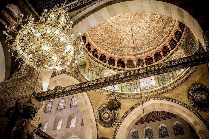 Внутреннее убранство мечети Аль-Акса (wikimedia.org)