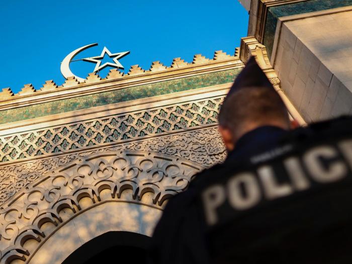 Мечеть, критиковавшая убитого учителя, будет закрыта.