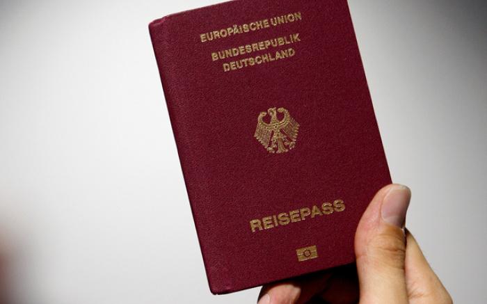 Ливанец не смог получить гражданства Германии за отказ пожать руку женщине.