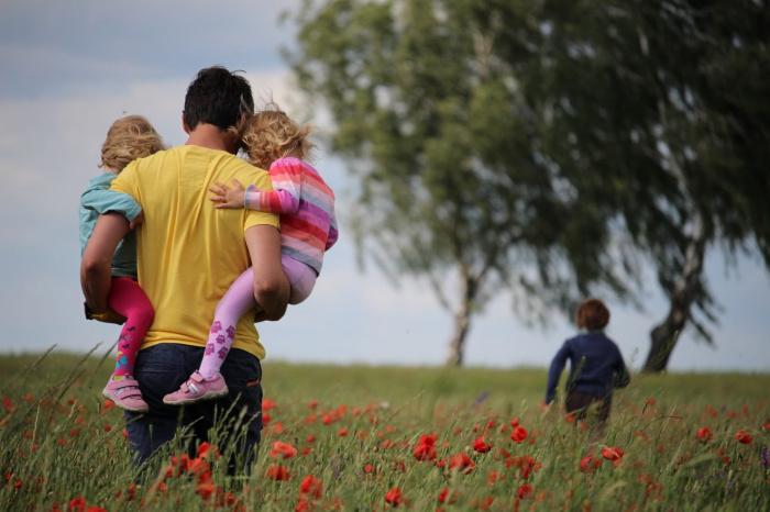 Выплаты на детей, которые предоставляются при среднедушевом доходе семьи не больше 2 прожиточных минимумов, продлевались в автоматическом режиме