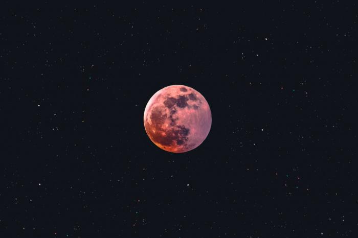 В обозримом будущем, скорее всего, не стоит ждать постоянного присутствия человека на Луне