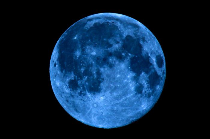Вопреки названию, естественный спутник Земли светиться голубым или синим цветом не будет