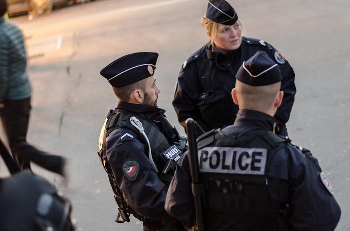 Полицейские застрелили неизвестного, напавшего на них с ножом.