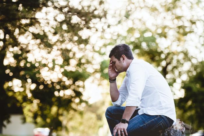 Примерно до 50 лет от инсульта чаще страдают мужчины, поскольку среди них больше курильщиков, у них чаще повышен холестерин и отмечается неблагоприятный эмоциональный фон