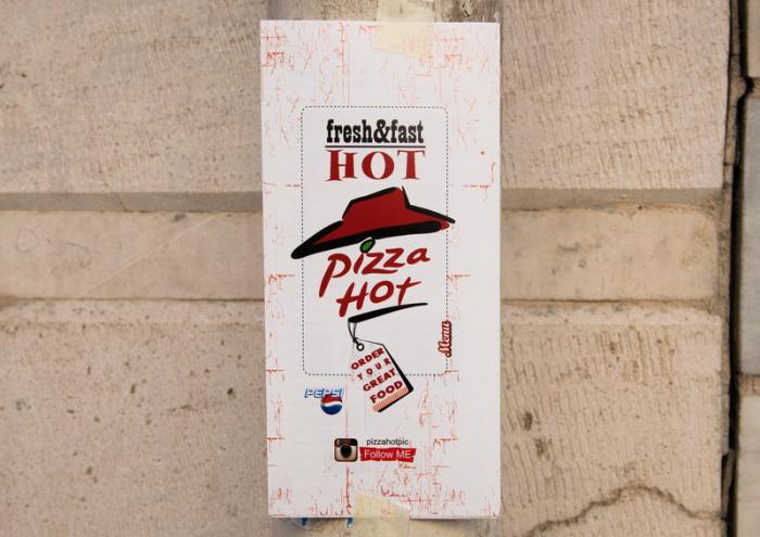 """Реклама """"Pizza Hot"""" в Центральном районе Тегерана"""