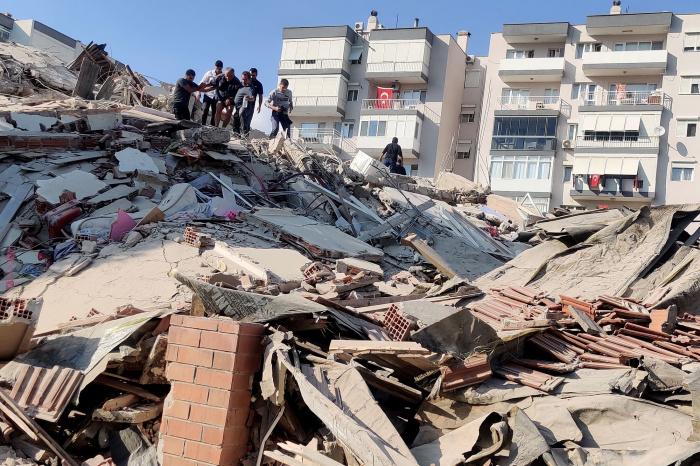 Стихия разрушила не менее 20 зданий.