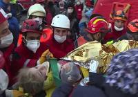 В Турции 3-летнюю девочку вытащили из-под завалов через 65 часов после землетрясения