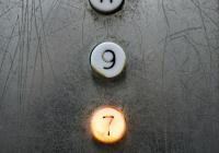 Россиян предупредили о риске заражения COVID-19 в лифте