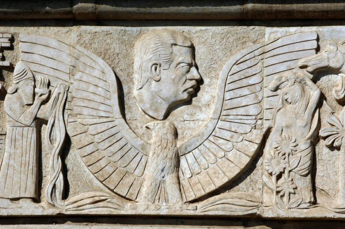Чтобы поддержать свою войну с Ираном, Саддам все чаще обращался к грандиозным националистическим строительным проектам, таким как Вавилон. Здесь его лицо предстает в рельефе, имитирующем стиль древних произведений искусства