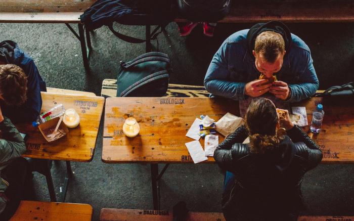Большинство опрошенных (95%) обязательно посещают локальные кафе и рестораны