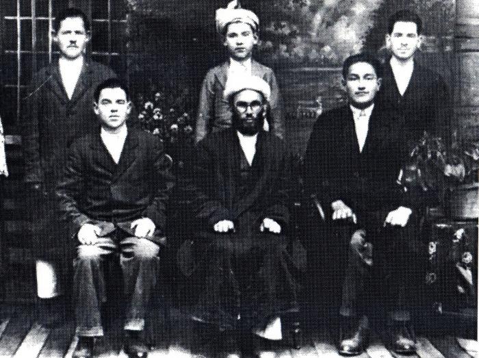 На снимке Хабибуррахман Шакир вместе с братьями жены. Афганистан 1930-е годы. Слева направо сидят: Ришад (1910-1980-е), Хабибуррахман Шакир (1903-1975), неизвестный башкир, сын муллы из Челябинска. Слева направо стоят: Садид (1912-1999), Мутыгулла (1917-1981), Насих (1915-2005).