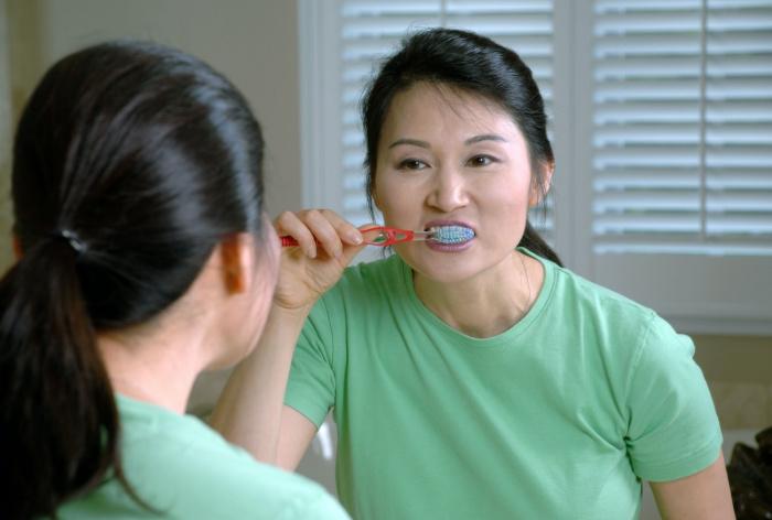 Регулярное использование таких ополаскивателей, по словам специалистов, позволяет защититься от коронавируса, попадающего на слизистую оболочку рта