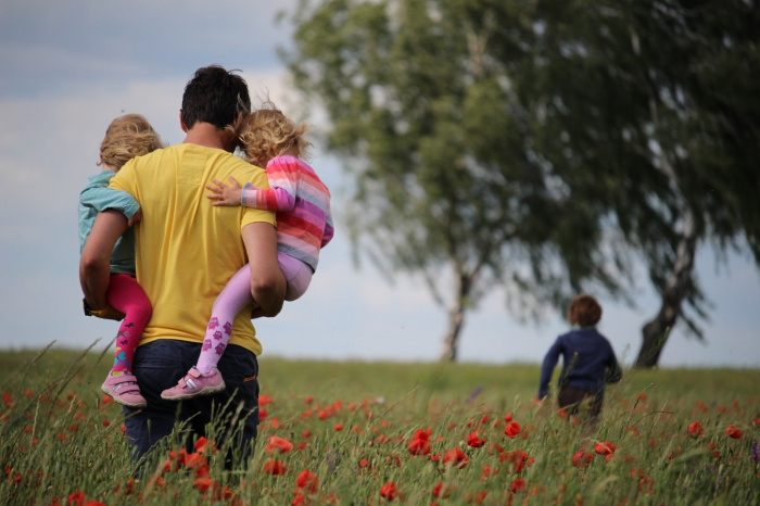 Предлагается предусмотреть двухнедельный оплачиваемый и непередаваемый отцовский отпуск по уходу за ребенком