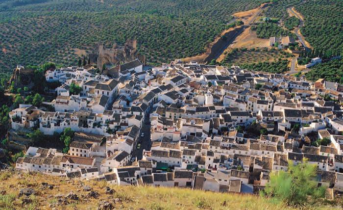 С высоты птичьего полета видна Андалузская деревня Зухероин Кордова, Испания.