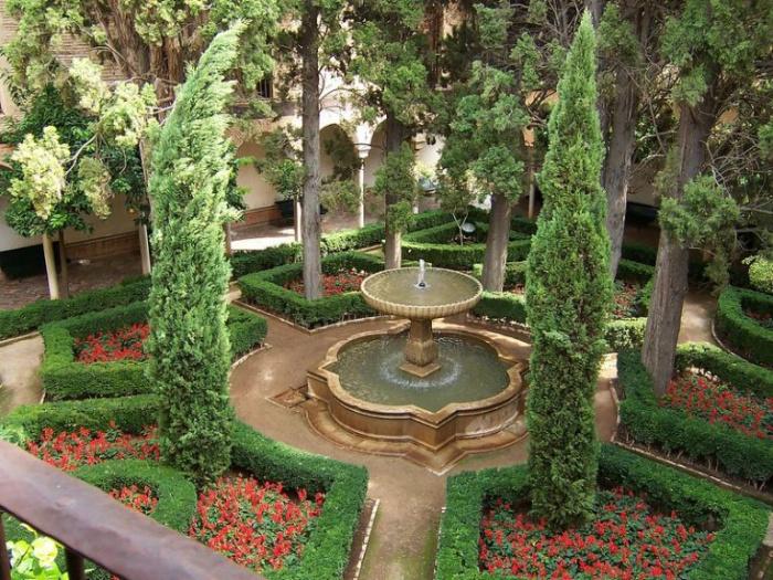 Испания (Гранада-Альгамбра) фонтан в арабском стиле в центре двора