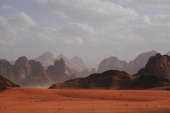 Объем воды в верхних слоях атмосферы Марса изменялся в зависимости от сезона, достигая пика в южное лето и увеличивался во время пыльных бурь