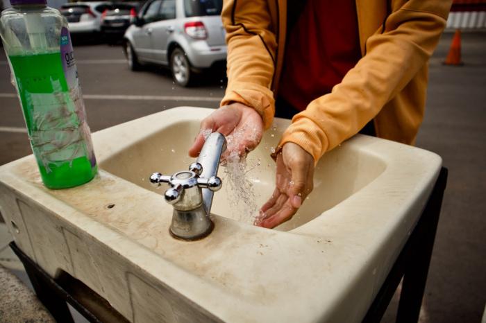 Мыть руки, по мнению специалиста, можно обычным детским мылом