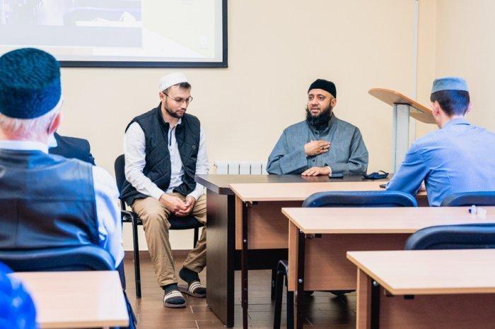 По окончании лекции имамы задали Мухаммаду Асляму интересующие их вопросы.