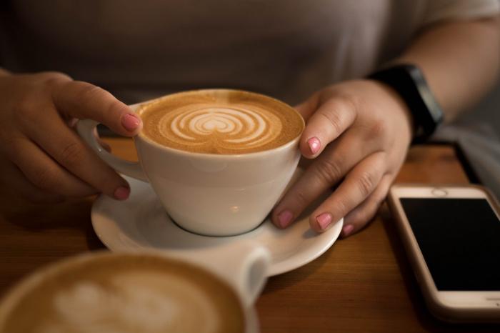 Употребление этого напитка натощак, по словам специалиста, способно привести к обострению хронических заболеваний желудочно-кишечного тракта