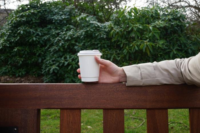 Учитывая то, что среднестатистический человек выпивает три чашки чая или кофе в день, пользуясь бумажными стаканчиками он в итоге проглотит 75 тысяч крохотных микропластиковых частиц