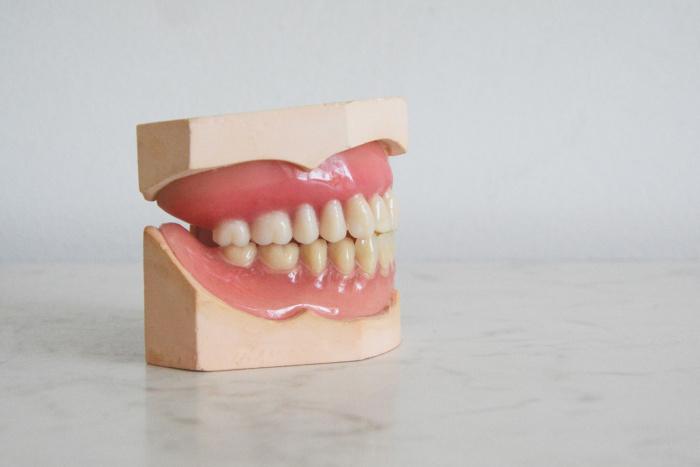 Ухудшение состояния зубов у зараженных COVID-19 может быть связано с кровообращением, так как инфекция влияет на кровеносные сосуды