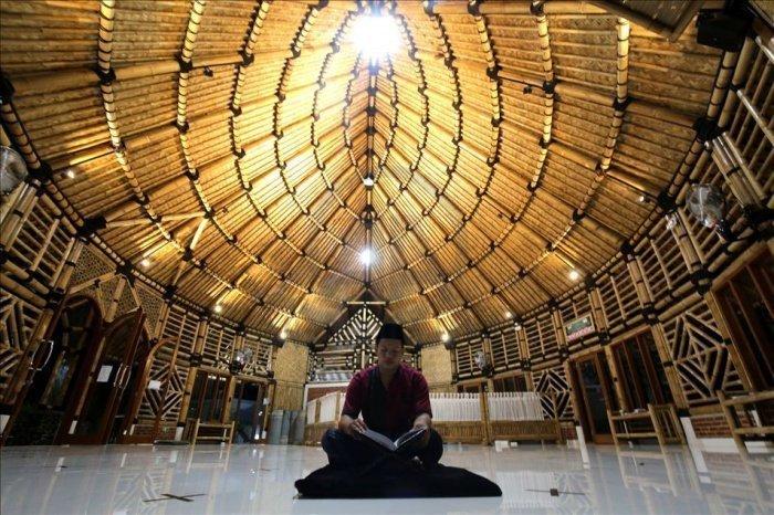 Единственная в мире мечеть, построенная целиком из бамбука (ФОТО)
