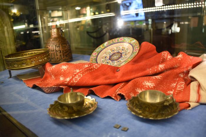 Физика на арабском, реликвии Пророка и посуда из серебра: уникальная культура татар Сибири на выставке в Казани
