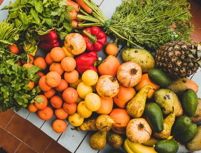 """Диетолог заявила, что микробиом кишечника """"выигрывает"""" от разнообразия продуктов, и по возможности посоветовала употреблять сезонные продукты"""