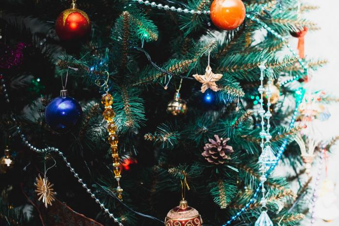 Искусственное новогоднее дерево, говорит врач, не только собирает пыль, но также становится ее источником