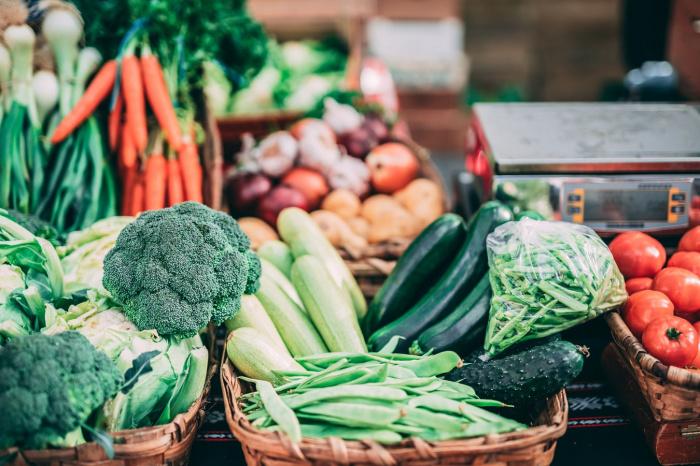 Для укрепления иммунитета Мейкер-Кларк посоветовала обратить внимание на продукты, богатые витамином C, — сладкий перец, брокколи, цитрусовые, брюссельскую капусту