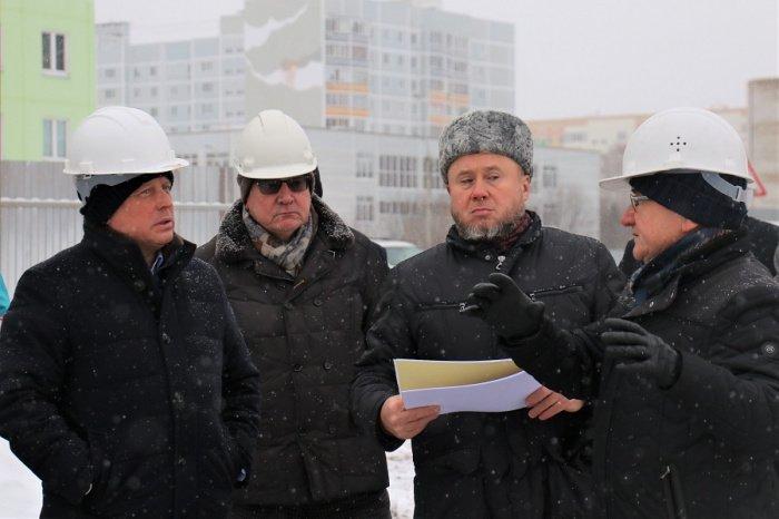 Айдар Метшин на выездном совещании на стройплощадке.