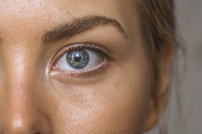 У людей с голубыми глазами выше чувствительность к ультрафиолету, они также склонны к алкогольной зависимости