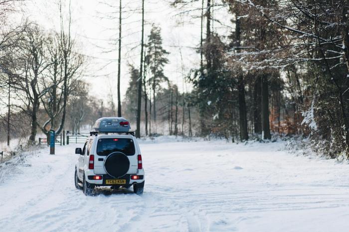 Увеличению расхода топлива зимой содействуют отопление салона, долгий прогрев двигателя, разнообразные электрообогревы, а также состояние дорог
