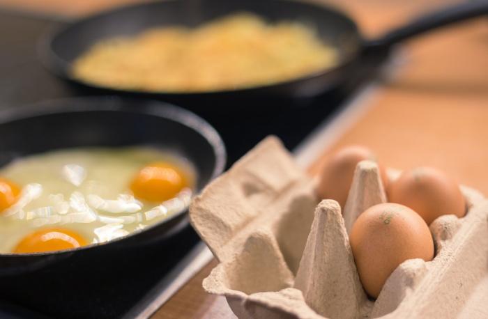 С осторожностью рекомендуется употреблять яйца в пищу людям с повышенным уровнем холестерина, страдающим панкреатитом и заболеваниями печени или желчного пузыря