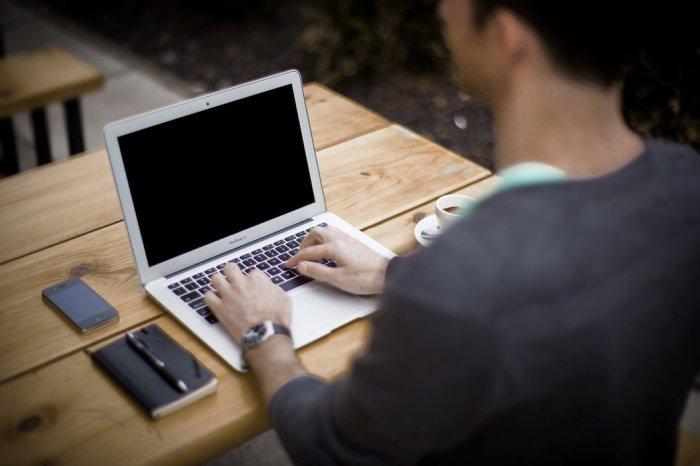 Постоянное сидение за компьютером в одной и той же позе и неправильная поза могут спровоцировать боль в шейном отделе позвоночника, пояснице, синдром запястного канала