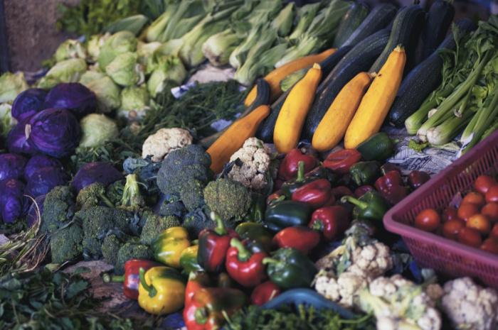 Диетолог советует перед сном отказаться от пищи, богатой клетчаткой: не есть свежие ягоды, фрукты, бобы и грибы