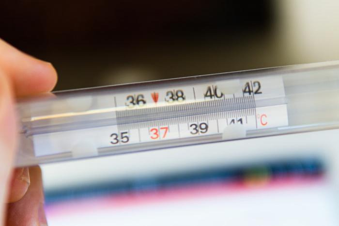 По словам специалиста, низкая температура тела наблюдается у пациентов с легким течением COVID-19