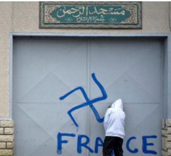 фотофакт: оскверненная мечеть во Франции (Источник фото: www.thelocal.fr)