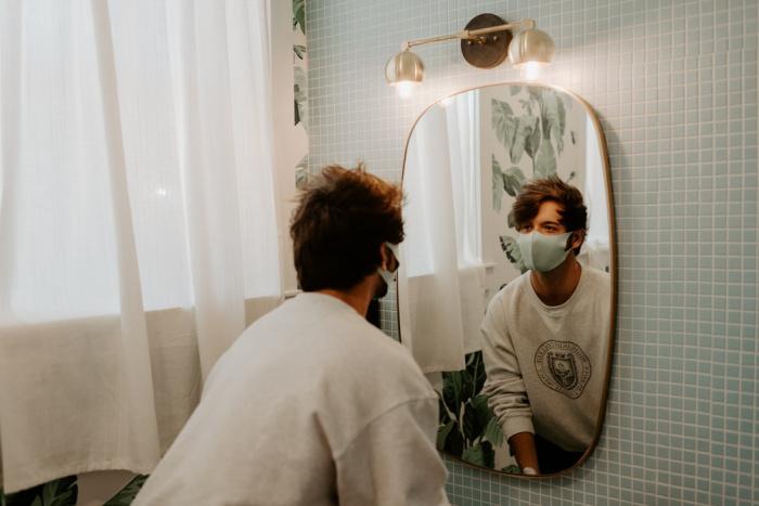 Одноразовую маску следует использовать не дольше 2-3 часов и следить, чтобы она плотно прилегала к лицу