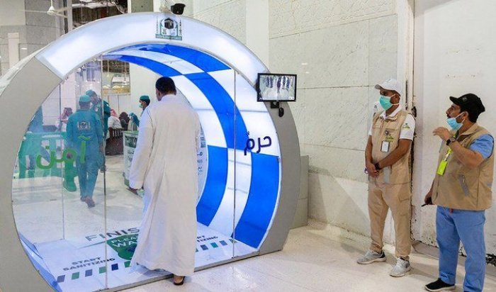 Специальные камеры измеряют температуру паломников на входе в Запретную мечеть.