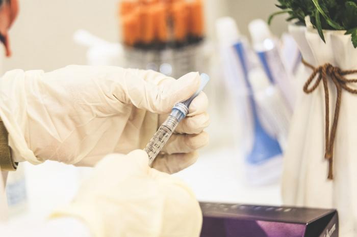 Именно массовая вакцинация, добавил Путин, позволит сформировать общенациональный иммунитет