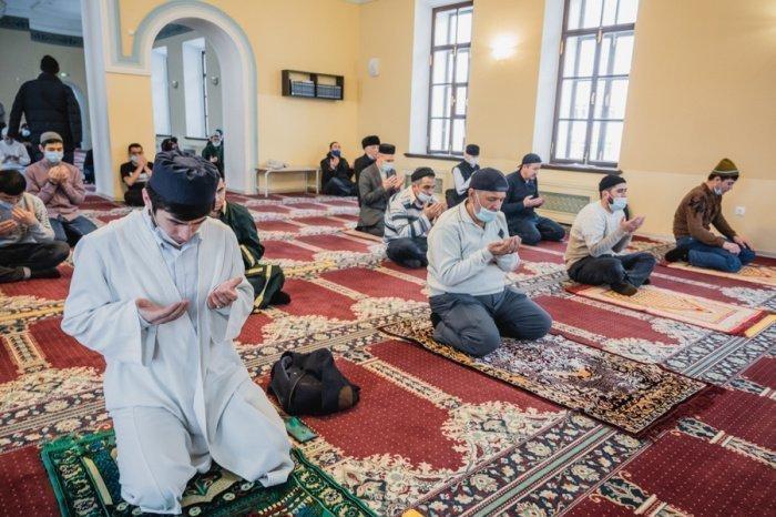 Верующие совершили молитву в связи с пандемией.
