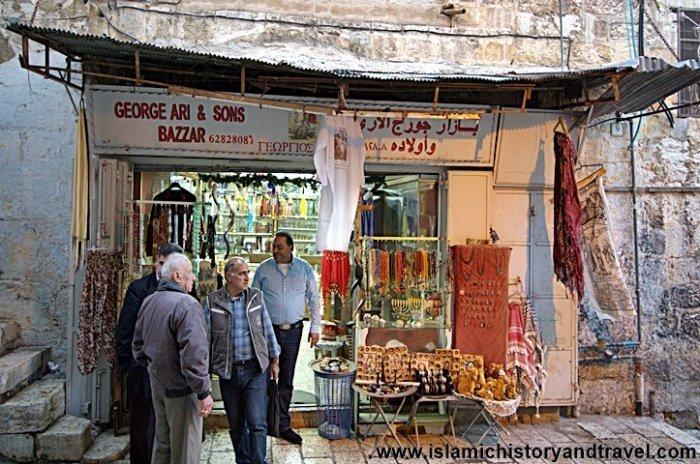 Магазин, принадлежащий местному христианину, который расположен прямо напротив дверей мечети Саладина