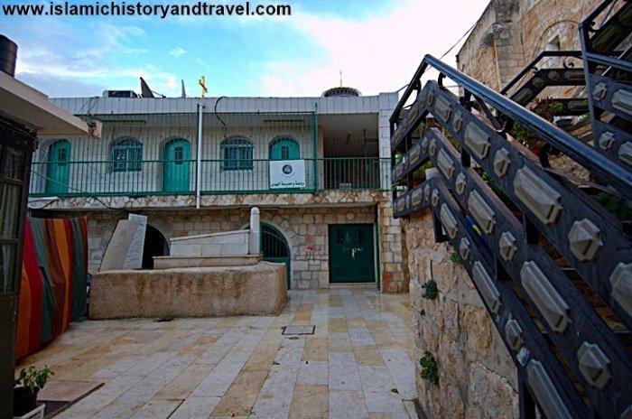 Открытый двор перед комплексом Ханка Салахийя