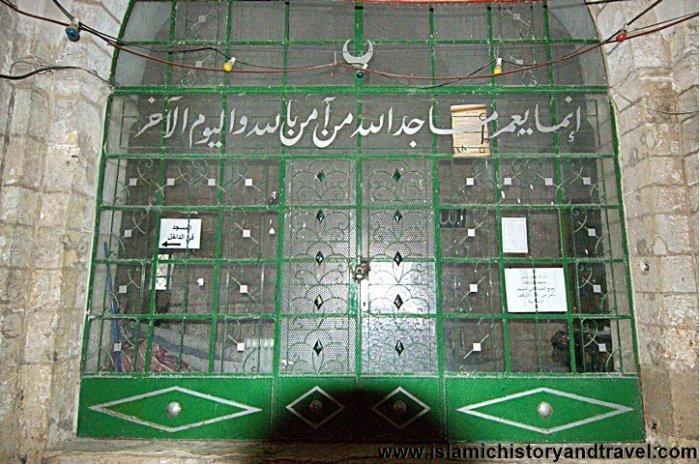 Дверь, ведущая в главный молитвенный зал мечети
