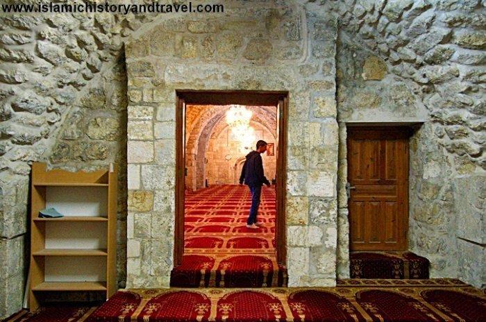 Дверь, ведущая в главный молитвенный зал мечети Салах ад-Дин. (Источник фотографий: islamichistoryandtravel.com)