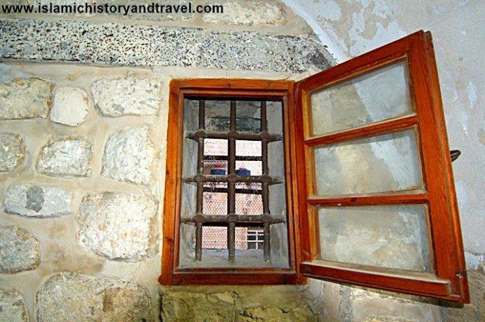 Металлические решетки на окнах содержат имена Аллаха, пророка Мухаммада ﷺ и Салах ад-Дина