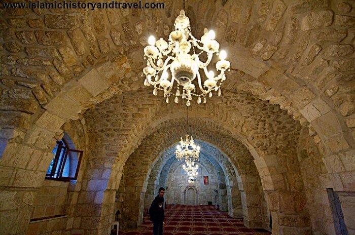 Изящные люстры и старинные каменные арки мечети