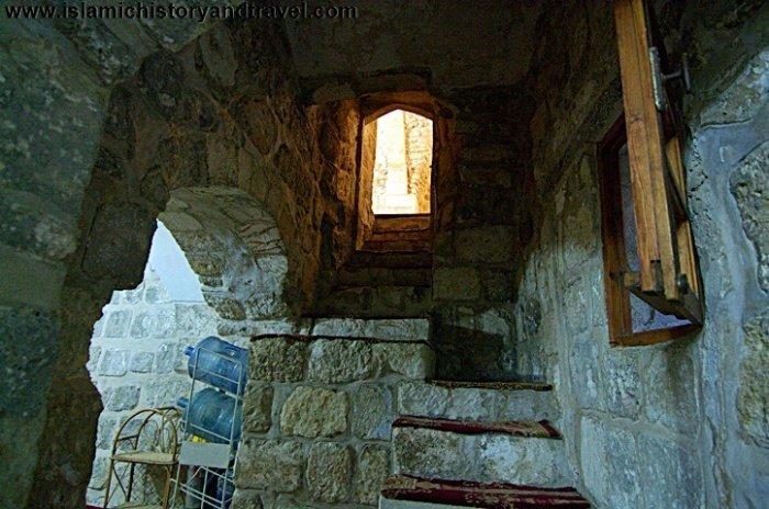 Эти узкие ступеньки ведут в подвал мечети Ханка Салахийя